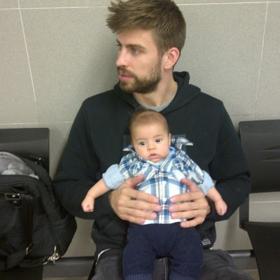 shakira:  Daddy and son waiting for Milan's passport! Papa e hijo en la comisaría esperando el pasaporte de Milan!! Shak