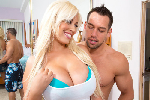 I love it how dedicated @spanishdollxxx is when it comes to titfucking in her newest hardcore scene via @naughtyamerica …. BOOB ON!