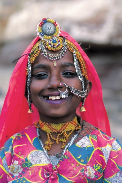ledecorquejadore:  India | A beautiful smile from Jodhpur, Rajasthan | Photographer unknown (via Pinterest)