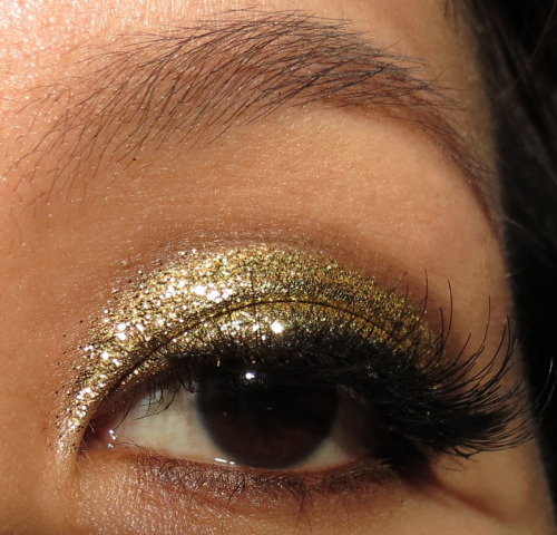 Sugarpill Goldilux, NYX Glitter Powder in Gold, theBalm Matt Ramirez in the crease, Miss Adoro DW Lashes.