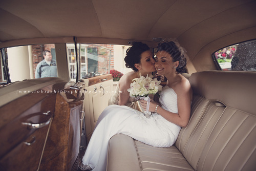 melandyswedding:  beautiful kiss in the car (by Tobias Hibbs)