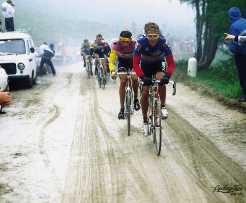 wtfkits:  cadenced:  Andy Hampsten riding in stage 14 of the 1988 Giro d'Italia which saw horrendous conditions over the Passio di Gavia. Andy Hampsten would go on to take the maglia rosa on this stage and ultimately become the first non European to win the Giro. The photo comes from Cycling Tips look at great moments from the Giro's history.  Frusen Glädjé