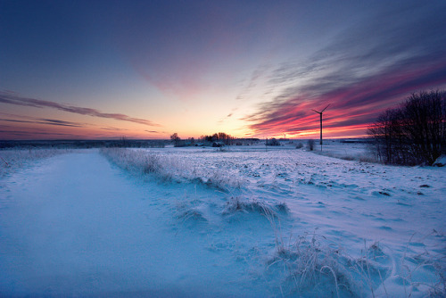 esteldin:  Colorful winter sunset by frasse21 on Flickr.