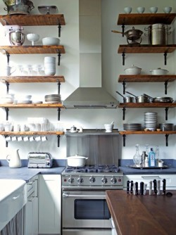 myidealhome:  for those who love open shelves in the kitchen (via Binthnotes)