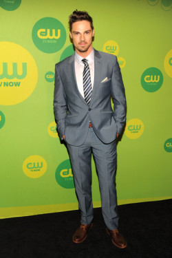 2013 CW UPFRONT PRESENTATION - JAY RYAN (AUSSIES REPRESENT) 'I Am Starstruck' International Feature It's UPFRONTS season in Hollywood at the moment!  TV executives are prepping their flashy presentations for advertisers and the best part of these events is that the stars of the shows hit the red carpet themselves. The 2013 CW Upfront Presentation was held on Thursday at the London Hotel in New York City. At 'I Am Starstruck', we absolutely love supporting local Aussie talent so the fact that some of our own home grown hotties are making their mark in Hollywood is super exciting to the max! Former 'Neighbours', 'Sea Patrol' and 'Offspring' star and now 'Beauty and the Beast' male lead Jay Ryan hit the red carpet.  Now whilst he sported the similar sexy suit look that many other actors did, we happen to be a bit biased towards Jay in the eye candy stakes, simply because he is one of our own! Image Source: Just Jared