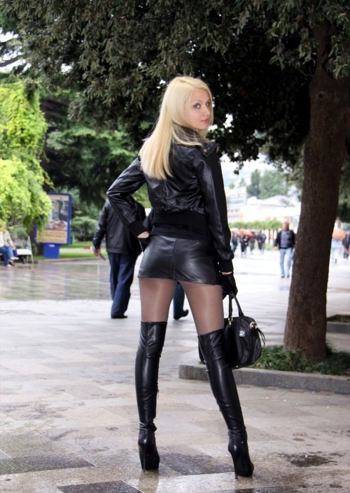 heavenxxheels:  …bye, cu…  Fetish leather.. .what a view :) !