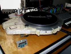 dbsw:  Millennium Falcon Turntable // by Picotek Design This custom job is the equivalent to peanut butter and chocolate to me… (via Bit Rebels)