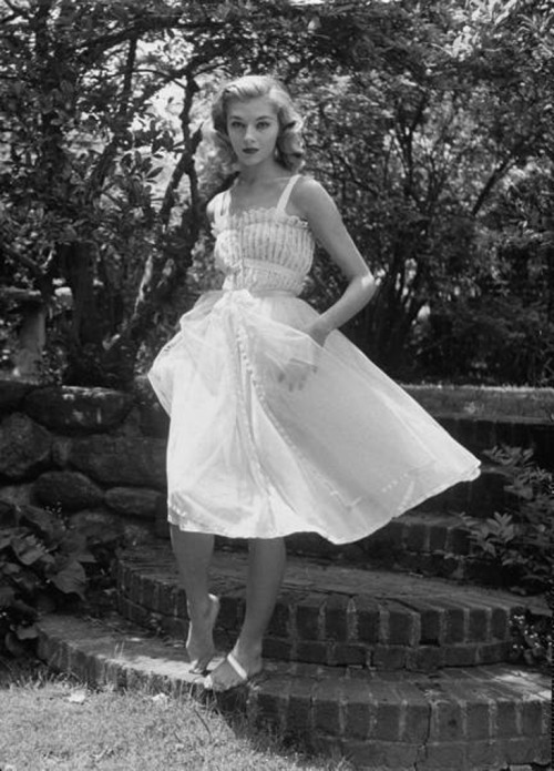hollyhocksandtulips:  White dress…