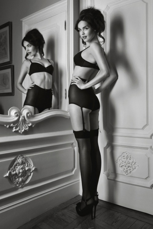 dentellenoire:  Shapewear and mirror