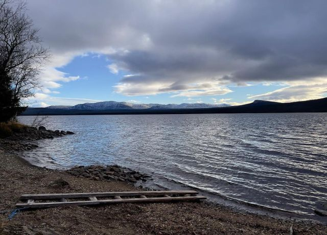 Ottsjön och Anarisfjällen, oktober  . . . . . . . #mountains #nature #naturephotography #lake #landscape #landscapephotography #water #snow #beach #ramp #waves #fall #autumn #winter #home #October #sky #blue #clouds #outdoors #horizon #afternoon #Jämtland #Sweden #NorthernSweden #NordSchweden #Schweden #Suecia #Suede #montagne  (på/i Ottsjön, Jämtlands Län, Sweden) https://www.instagram.com/p/CVSnQVFoCtV/?utm_medium=tumblr #mountains#nature#naturephotography#lake#landscape#landscapephotography#water#snow#beach#ramp#waves#fall#autumn#winter#home#october#sky#blue#clouds#outdoors#horizon#afternoon#jämtland#sweden#northernsweden#nordschweden#schweden#suecia#suede#montagne