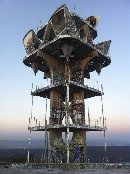 letsbuildahome-fr:  Cold War Era Watch Tower in The Santa Monica Mountains overlooking nearly all of Los Angeles CountySource: GodDamnLiteracola (reddit)