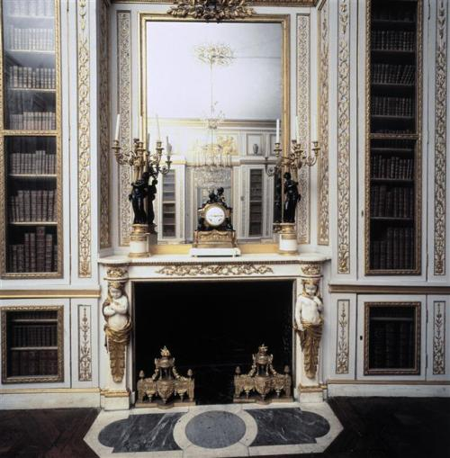 vivelareine:  The library of Louis XVI at Versailles in 1991 (C) RMN-Grand Palais (Château de Versailles) / Droits réservés
