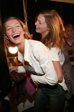 Gisele & Daria backstage Marc Jacobs 2004