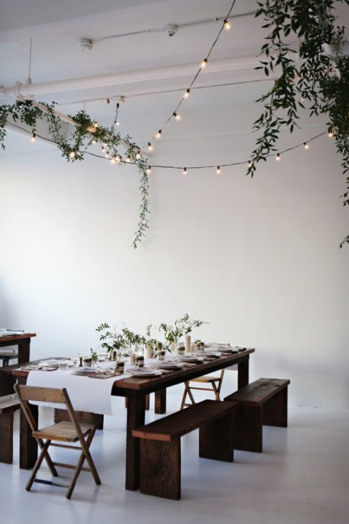 modernekohome:  LIGHTS FOR CHRISTMAS DINNER ° photo ariel dearie flowers //  pinterest °
