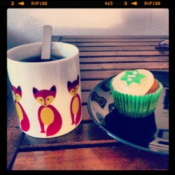 Rose tea and pear vegan cupcake, the best way to end the day. #xmas #cupcake #tea #fox #mug #vegansofig #vegan #veganfoodshare