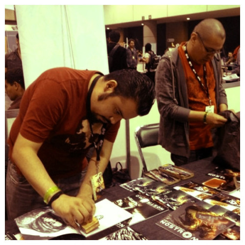 (via Ayer en @lamolecomiccon firmando y sellando cómics. #fb #esto… on Twitpic)
