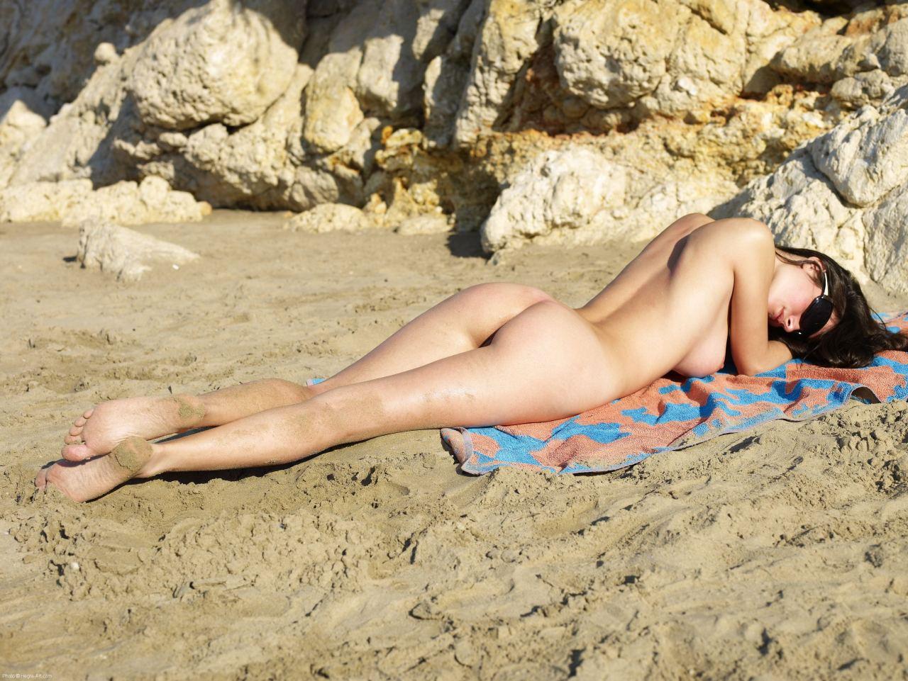 Фото голых девушек на пляже брюнетки 19 фотография