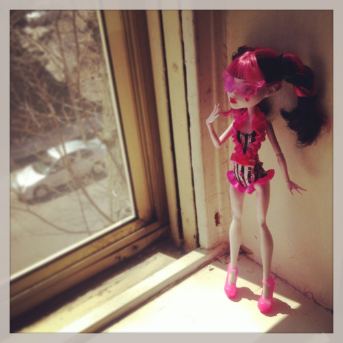 smutchydolls:  Draculaura enjoying the sun… I thought vampires hated sunlight… D: