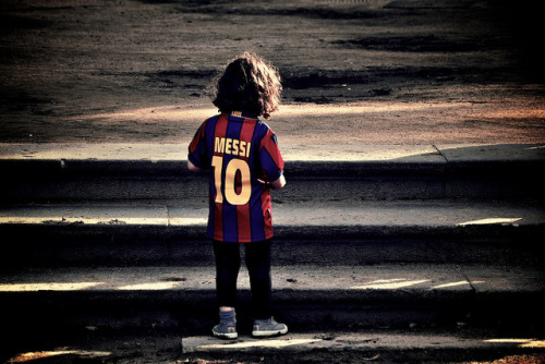 infinite-paradox:  colours-of-futbol: Everyone loves Messi…