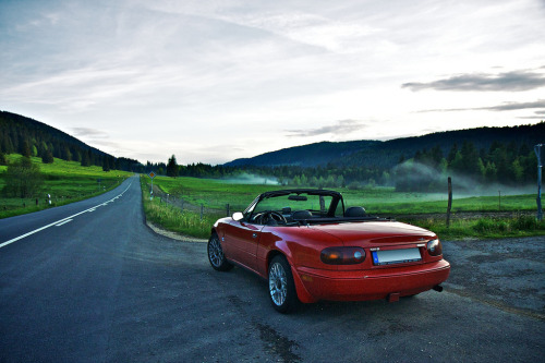 A great write up from Lauri Ahtiaine on Motoring Con Brio on his Jinba Ittai 'bucket list' tour of 2011, featuring some locations familiar to Top Gear viewers, and a red NA6.  More fantastic shots like these on Lauri's Flickr.