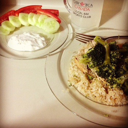 Late night dinner! #veggies #tzatzikisauce #wholewheatrice #broccoli #chicken #vitaminwater #bonappétit