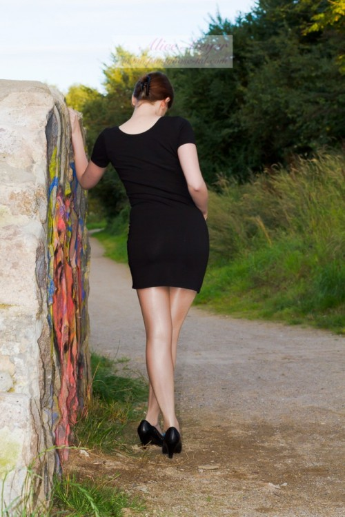 shiny pantyhose outdoor (c) Alice www.pantyhose-hd.com