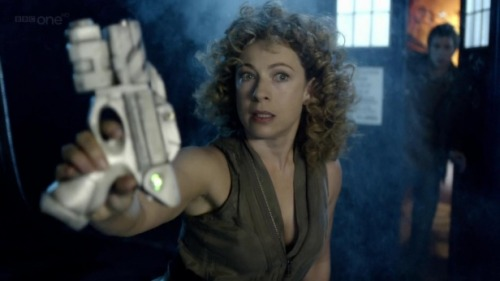 doctorwho:  Doctor Who star Alex Kingston joins Arrow cast | SciFiNow  Doctor Who star Alex Kingston has signed up to play Dinah Lance, the estranged mother Laurel Lance (Katie Cassidy) in Arrow. According to Entertainment Weekly, Dinah Lance will make her debut later in 2013, seeking to make amends with the family she deserted following the death of her daughter – Laurel's sister – Sarah (Jacqueline MacInnes Wood) in the accident that marooned Oliver Queen (Stephen Amell).   As we've mentioned before, the Arrow executive producers are huge fans of Who. First they cast Jack in a key role, now they've cast River.  Now just cast David Tennant and all will be right with the world!
