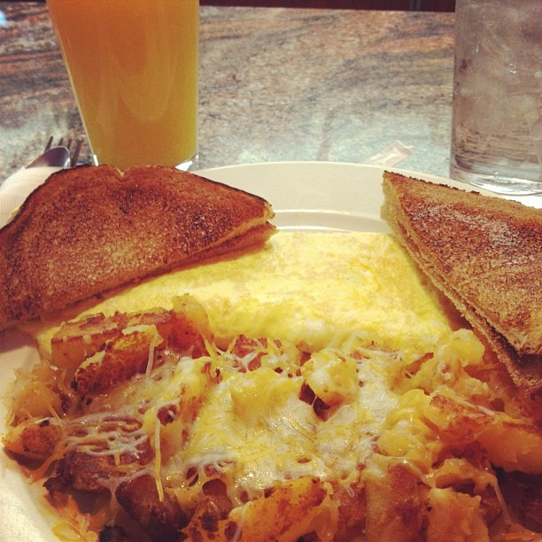 #breakfast w my mama! #kskvs #diner #eggs #foodporn #foodie #delish #oj #nomnomnom (at Alexis Diner)