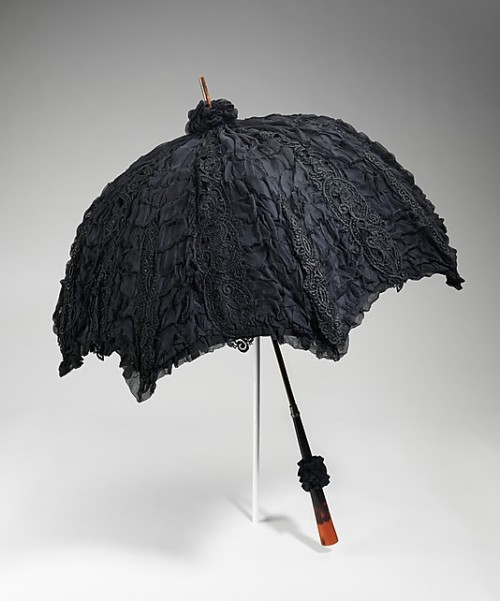Mourning parasol, 1895-1900 US, the Metropolitan Museum of Art  A beautiful as well as large parasol, it is decidedly for mourning. This fact is evidenced by the hidden mourning crepe found in the middle layer between the taffeta and the densely ruched mousseline de soie. The handle is also extremely refined.