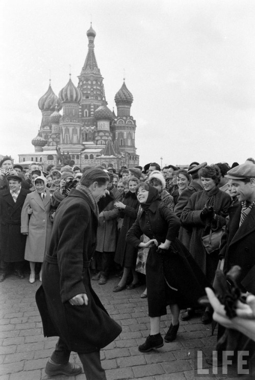fuldagap:  Muscovites celebrate Yuri Gagarin's space flight, 1961.
