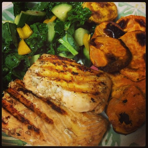 Look at all the veggies Ma! Grilled salmon, homemade sweet potato chips & Kale Krunch salad 18PP+ #WeightWatchers #eatclean #tarastiles