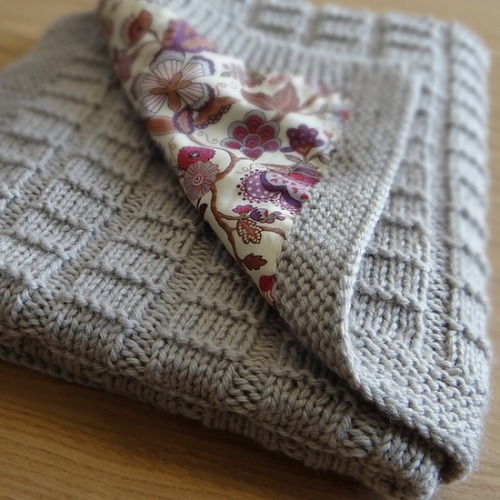 somuchyarnsolittletime:  (via add a sheet to a blanket. | knitting)
