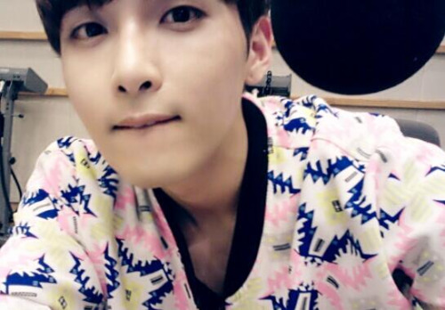 @ryeong9: 슈퍼주니어 키스 더 라디오 89.1 고정 캬캬 ~~~^^!!! 모두 모이세요 10시입니다. 려욱 디제이 캬캬 @ryeong9: Super Junior's Kiss the Radio 89.1. Stay fixed on it, kyakya ~~~^^!!! Everyone, gather. It's 10 o'clock. Ryeowook DJ kyakya (cr)