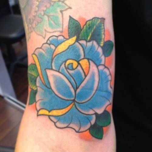 Kool lil' freestyle rose action to end the day! #moosetattoo #rotterdam #blue #rose #onelove  (bij Moose Tattoo)
