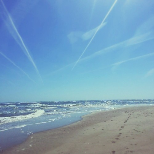Beach day today!  Upper 70s! #spring #beach #sand #waves #shore #sobx #seashore #sea #coast #ocean #coastal #nccoast #coastalnc #saltlife #emeraldisle #nc #northcarolina #atlantic #sun #sky #contrail #coastalcarolina  (at The Point)