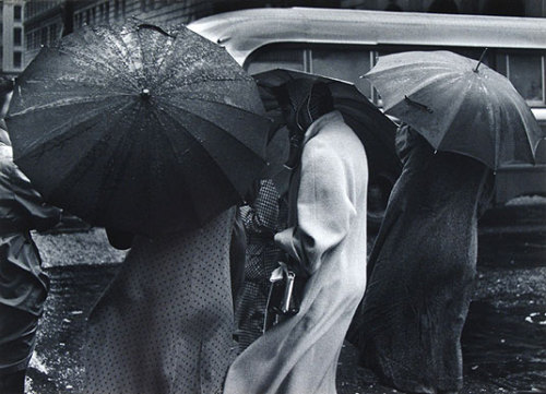 lecollecteur:  Pirkle Jones, Figures in the Rain, San Francisco, 1955