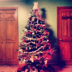 🎄🎅 🎁 #christmas #christmastree #christmaslights #holidays #happyholidays #ornaments #garland #tinsel #angels 👼