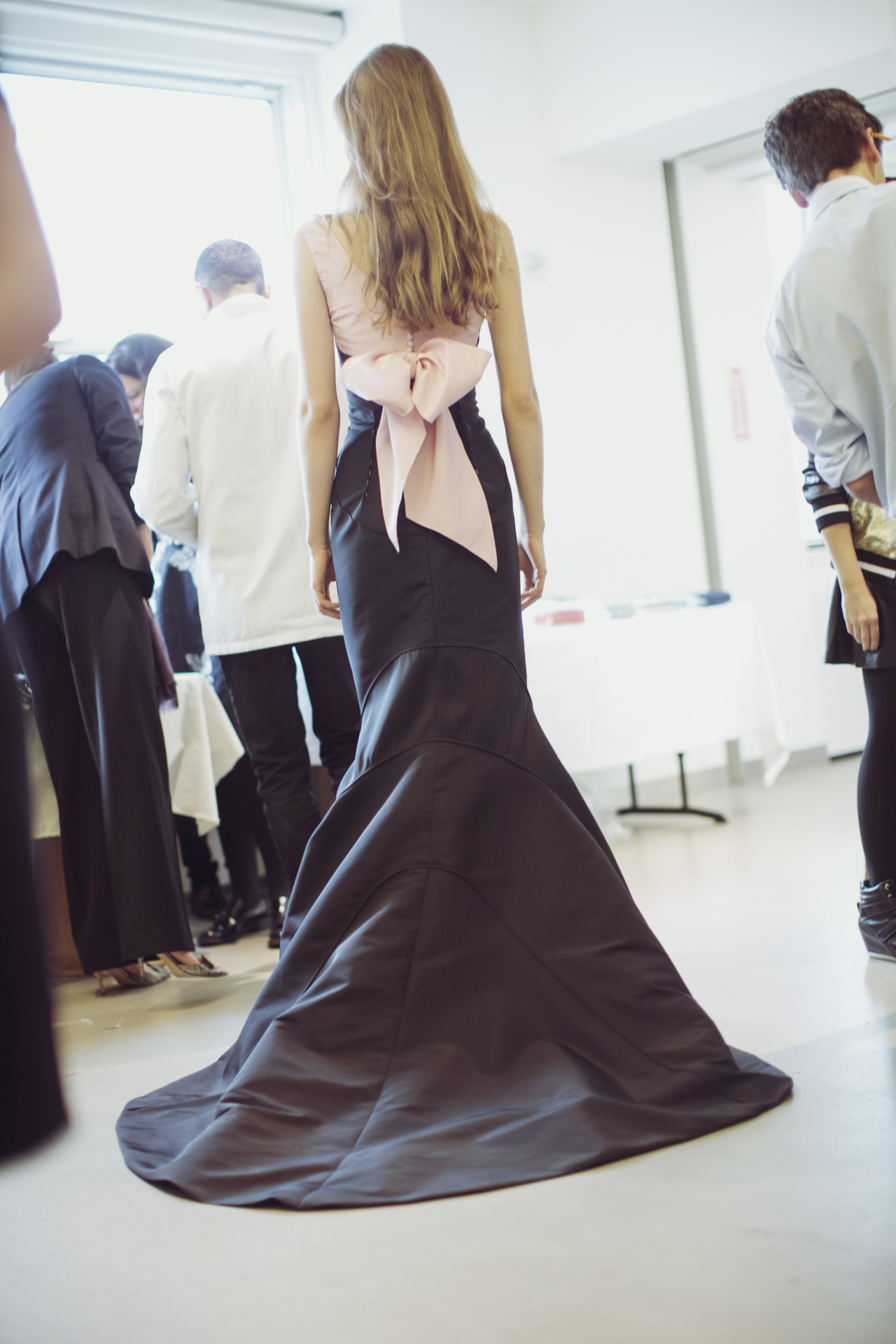 oscarprgirl:  oscar does the best bows.  photo by james nord.