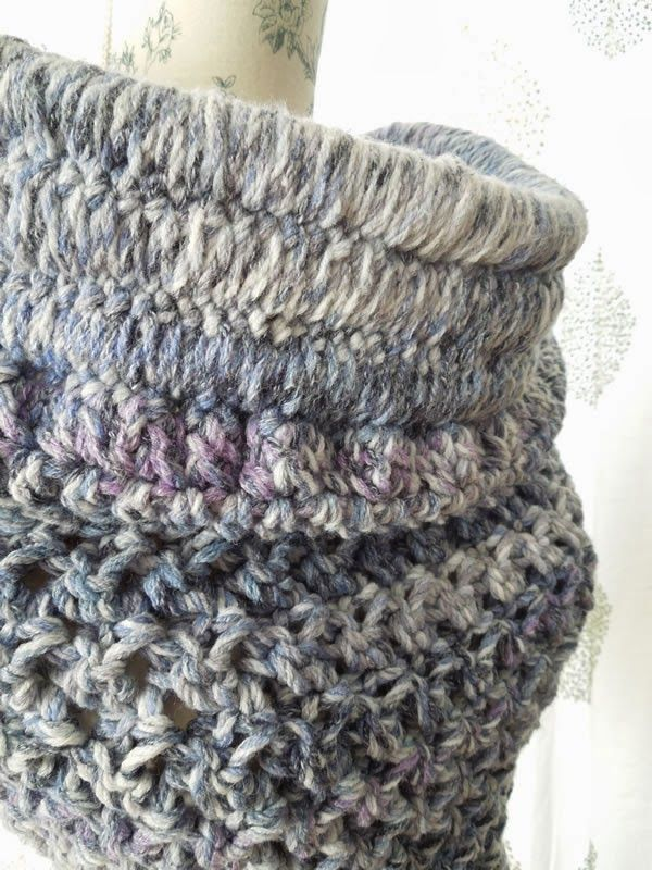 How to crochet the Solomon Cowl - inspired by Katniss - free pattern over at Happy Berry Crochet. Nice and chunky. I love that Katniss Cowl!