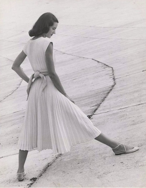 crystalline—-green:  lauramcphee: Basic White Dress, 1947 (Richard Avedon)
