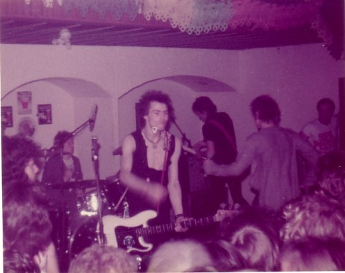 halcyonblitzkrieg:  A rare picture of the Sex Pistols playing in Shropshi Village.