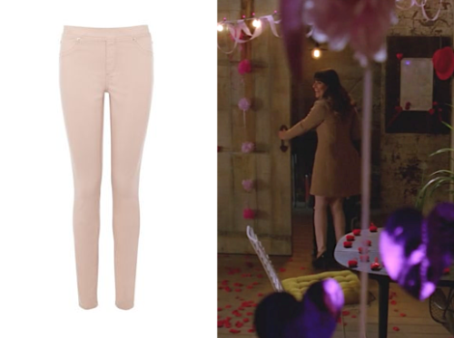 Rachel Berry's Pale Pink Jeans It's such a breath of fresh air to see Rachel in such pretty spring colours instead of the classic New York black. This is a good US alternative! Warehouse Coloured Jeggings £36.00 (thanks to gleefansorg for the screencap)