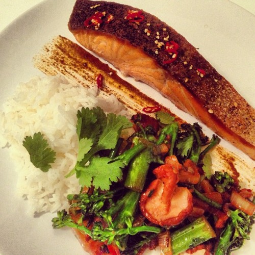 [HomeCookin'] Crispy skin salmon w/ baby shitake, broccolini and onion with red chili, ginger and garlic. #healthy #seafood #cooking #yum #food