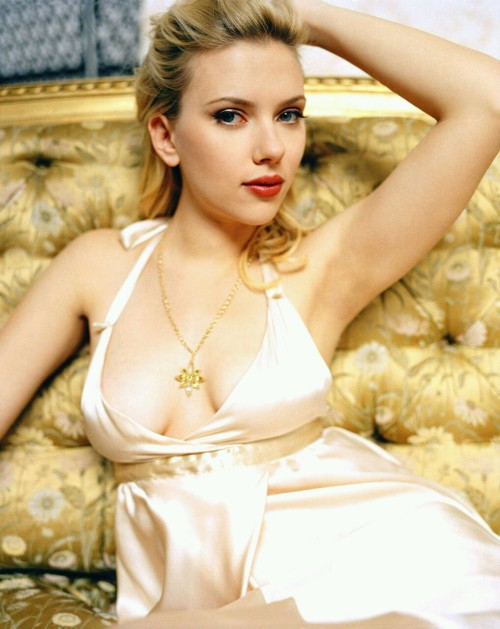 thedailywanker:  Scarlett Johannson showing off so mighty fine cleavage.