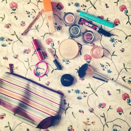 Ma trousse de week end ! 😊💄💜 #beauty #makeup #rimmel #kiko #maybelline #essence #personal #instagram