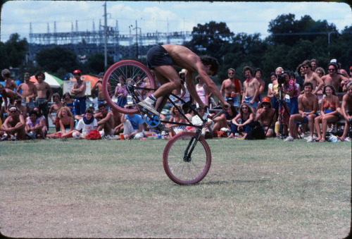 "splinterskates:  Oh how I want this bicycle k-a-t-i-e-:  Austin, Texas 1980  26"" cruiser, chequered Vans, Red Tyres, fully sick endo, what's not to like?"