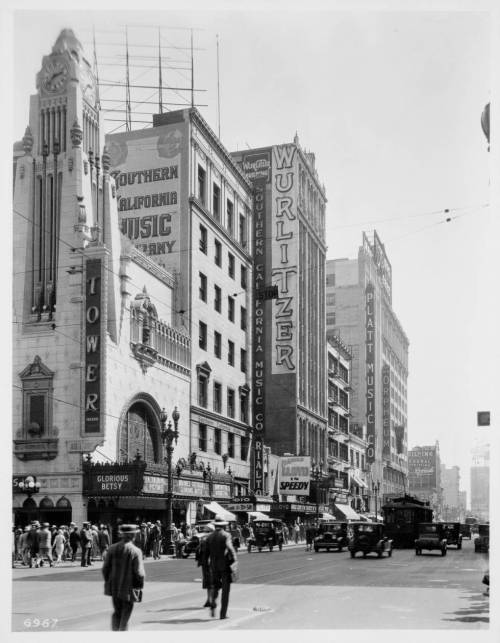 memoriastoica:  Broadway South from 8th Street, Los Angeles. Circa 1928.
