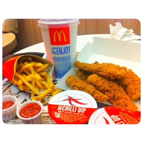 🍟Chicken select meal 😍✨🐔🍔 #myfav#meal#lunch#mcdonald#frenchfried#fastfood#chillisauce#like#food#foodoftheday#drinks#red#iphone#iphonesia#iphoneonly#photo#chicken#enjoy#rubbish#fat#high#calories#notgood#hungry (at McDonald's)