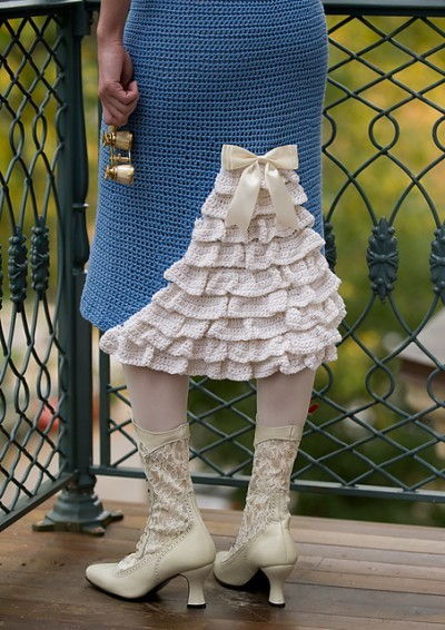 You all know that I don't often post crochet fashion pics, but there is just something about this Jane Bennet Skirt that gets me!!  The crochet pattern for this little lovely can be found in the book Austentatious Crochet by Melissa Horozewski.