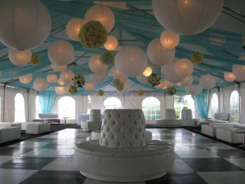 disentvozvoeux:   Paper lanterns can give a romantic look to any wedding reception and they can be bought cheaply and decorated by hand to personalize them.